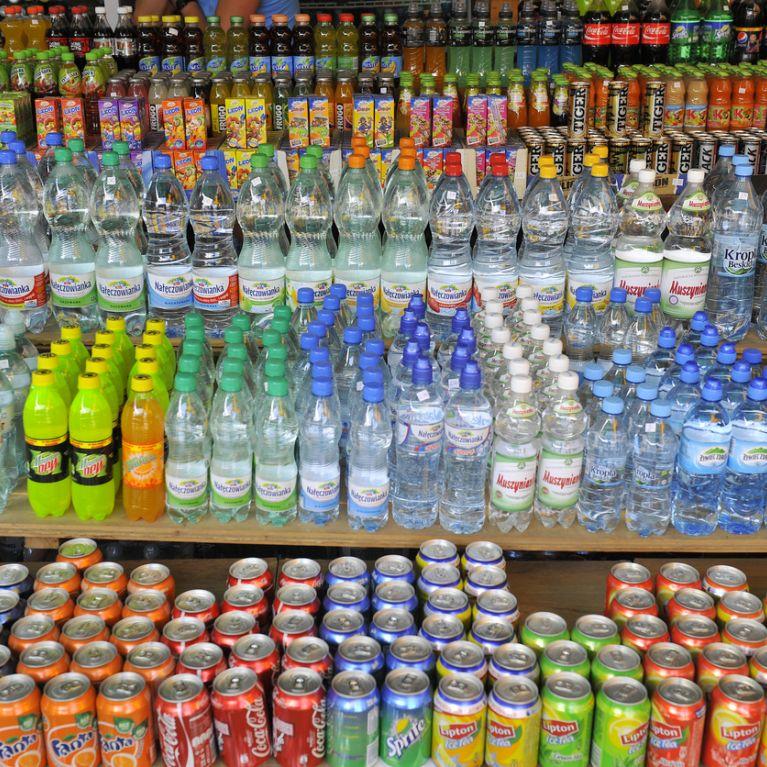 Distribuzione bevande Catania vari tipi di bevande su scaffali